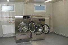 Impianto lavanderia per campo di lavoro. Montato su prefabbricato. Lavabiancheria da 16 kg. con essiccatoio.